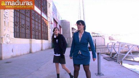 Ainara y una profesora madurita que le enseña a follar - foto 1