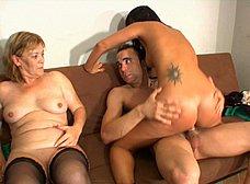 Madre e hija dan clases de inglés porno - foto 24