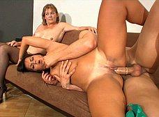 Madre e hija dan clases de inglés porno - foto 35