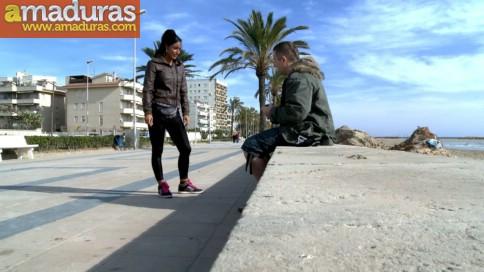 Italiana madurita follando en la playa de Sitges - foto 1