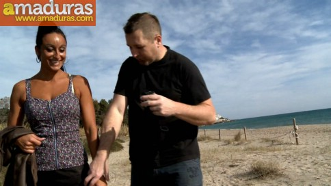 Italiana madurita follando en la playa de Sitges - foto 4
