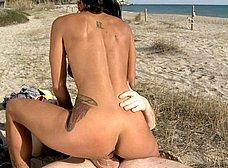 Italiana madurita follando en la playa de Sitges - foto 24