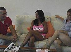 La madre y la hija del porno nos presentan … al padre! - foto 6