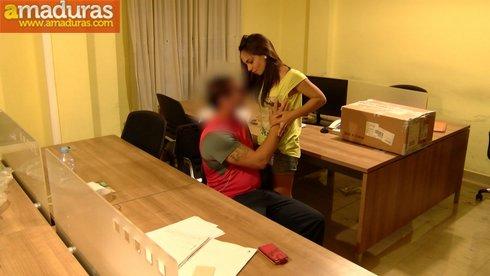 Sevillana salida de 21 años se folla al mensajero - foto 4