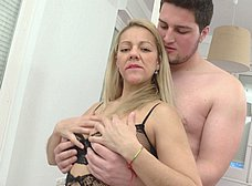 Madura de 39 años se folla al hijo de su compañera - foto 12