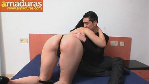 Madura desvirgando a un amigo de su hijo - foto 5