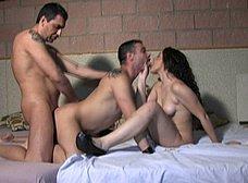 Orgia bisex con Vanesa Rio y una pareja gay - foto 16