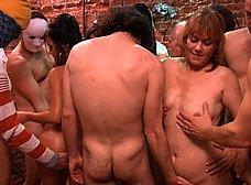 La madre y la hija del porno hacen un bukkake - foto 7