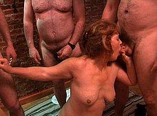 La madre y la hija del porno hacen un bukkake - foto 16