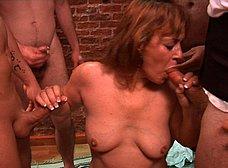 La madre y la hija del porno hacen un bukkake - foto 27