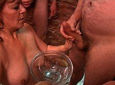 La madre y la hija del porno hacen un bukkake - foto 28