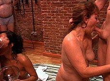 La madre y la hija del porno hacen un bukkake - foto 29