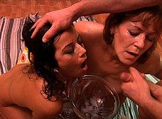 La madre y la hija del porno hacen un bukkake - foto 31