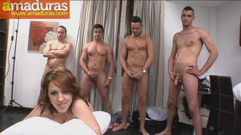 Un cornudo, su mujer y cinco cabronazos follando - foto 1