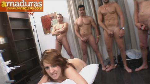 Un cornudo, su mujer y cinco cabronazos follando - foto 2