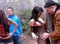 Crazy Lynn y Susy Gala folladas salvajemente en el bosque - foto 8