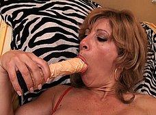 Madura española se masturba con dos pollas de goma - foto 21