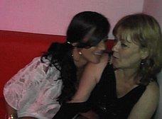 La madre y la hija hacen un trio con los camareros - foto 6