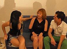 La madre y la hija hacen un trio con los camareros - foto 9
