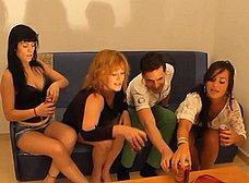 La madre y la hija hacen un trio con los camareros - foto 10