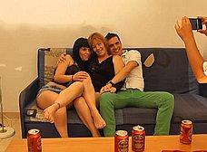 La madre y la hija hacen un trio con los camareros - foto 11