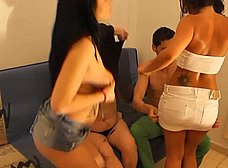 La madre y la hija hacen un trio con los camareros - foto 12
