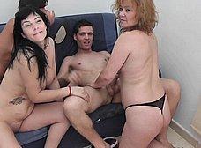 La madre y la hija hacen un trio con los camareros - foto 21