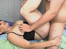 Madura cachonda madrileña inicia a un amigo de su hijo - foto 27