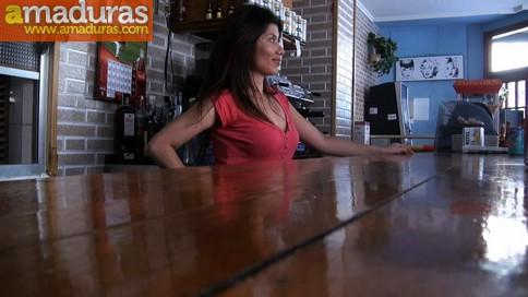 Camarera de bar quiere hacer porno (y termina enculada) - foto 1