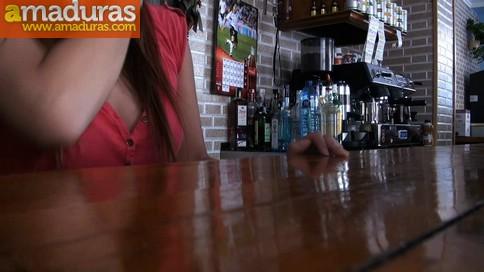 Camarera de bar quiere hacer porno (y termina enculada) - foto 2