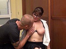 Profesora madura graba porno con un ex-alumno - foto 11