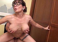 Profesora madura graba porno con un ex-alumno - foto 35