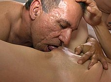 BRUTAL INCESTO porno: padre e hija con madrastra - foto 22