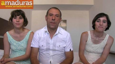 Madre e hija follan mientras el padre mira y se pajea - foto 1