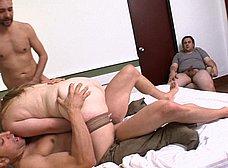 Disfruta viendo a su mujer con dos tios - foto 22