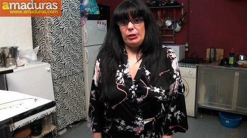 Madura española se folla a un amigo de su hijo - foto 2