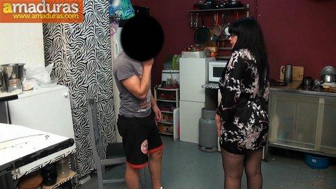 Madura española se folla a un amigo de su hijo - foto 5