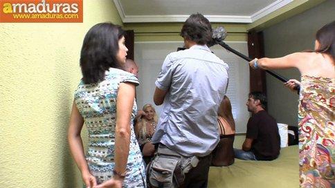 Esposa celosa mirando a su marido follar con otra - foto 1