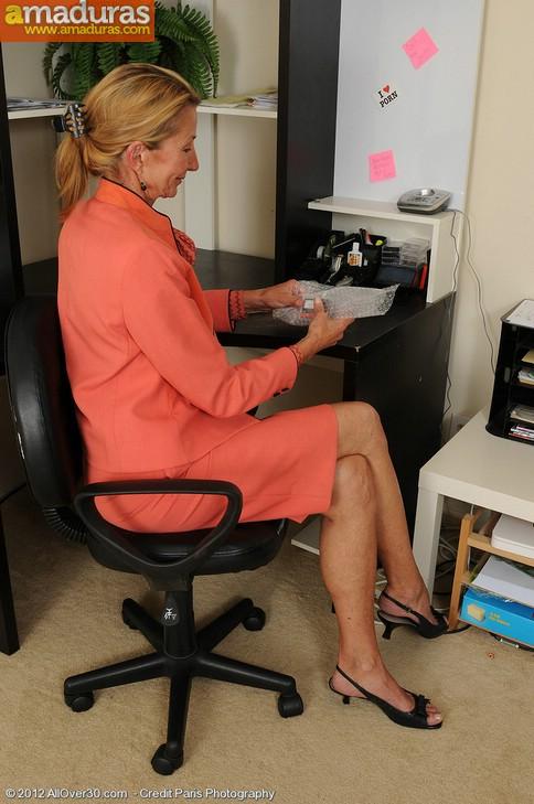 Secretaria cincuentona abriendose de piernas - foto 1