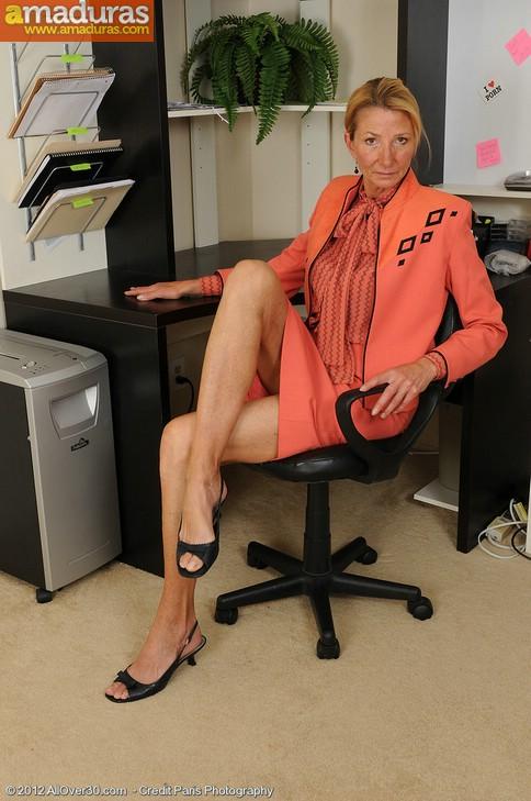 Secretaria cincuentona abriendose de piernas - foto 2