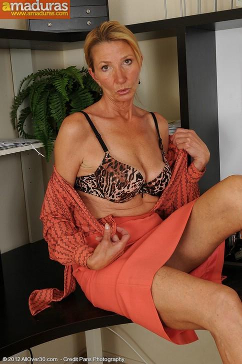 Secretaria cincuentona abriendose de piernas - foto 5