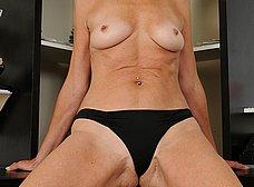 Secretaria cincuentona abriendose de piernas - foto 9