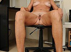 Secretaria cincuentona abriendose de piernas - foto 13