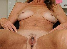 Secretaria cincuentona abriendose de piernas - foto 14