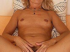 Madura de chocho peludo se quita la ropa - foto 11