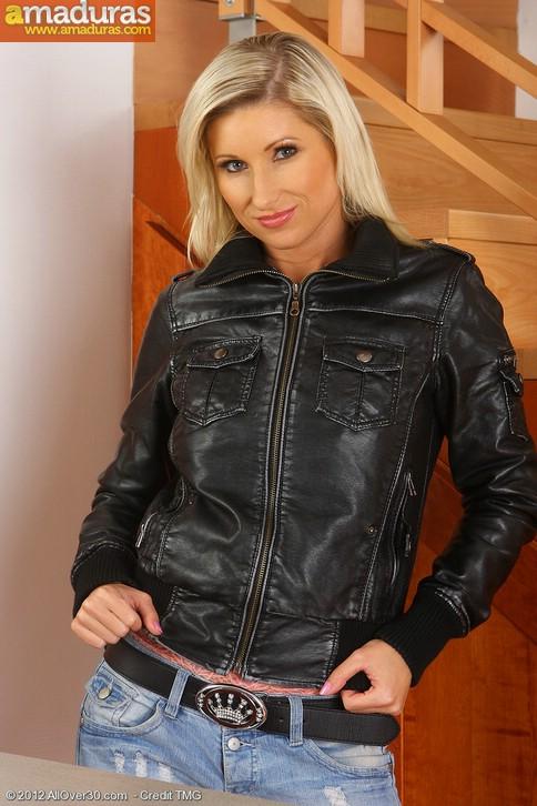 Rubia motera quitandose la ropa: qué maciza! - foto 1