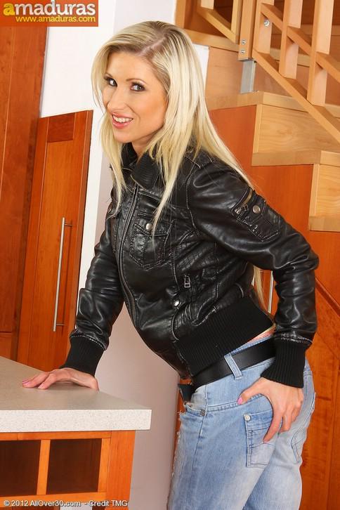 Rubia motera quitandose la ropa: qué maciza! - foto 2