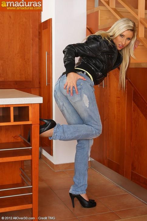 Rubia motera quitandose la ropa: qué maciza! - foto 4