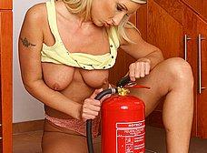 Rubia motera quitandose la ropa: qué maciza! - foto 12