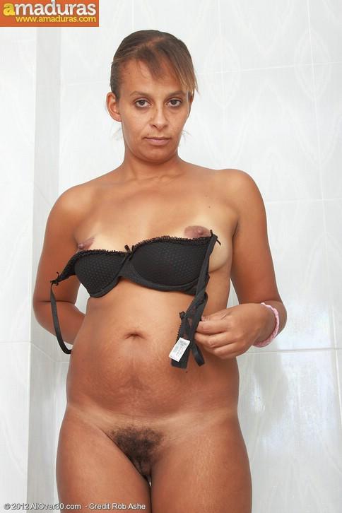 Negrita milf masturbándose en la ducha - foto 4